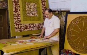 مؤسس برند گلیماژ در حال پرداخت گلیمهایی که در دیجیکالا به فروش میرساند