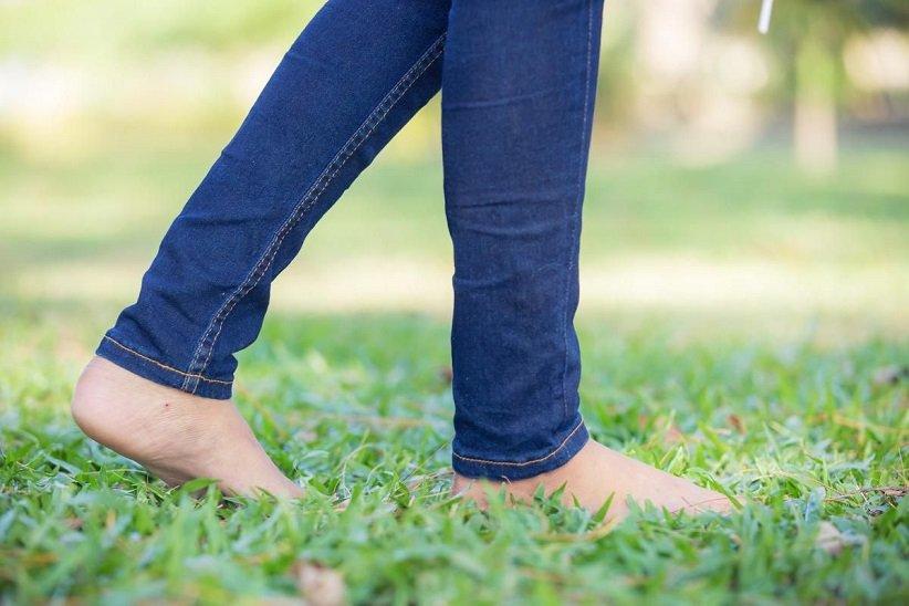 اگر روز بدی دارید، کفش خود را در بیاورید و پابرهنه روی چمن گام بردارید.
