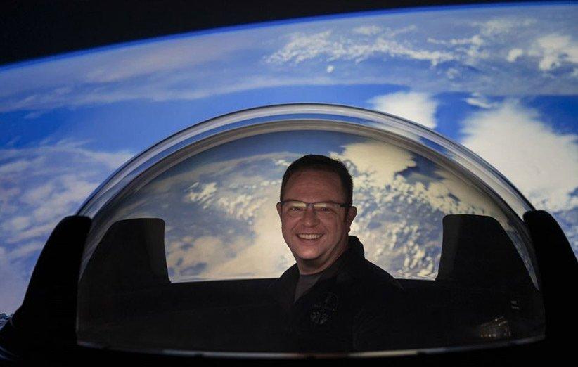 کریس سمبروسکی هنگام آزمایش گنبد شیشهای فضاپیمای دراگون اسپیسایکس