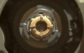 اولین سنگ مریخ جمعآوری شده توسط مریخنورد پشتکار در لولهی جمعآوری نمونه