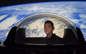 جرد آیزاکمن فرمانده مأموریت اینسپیریشن4 هنگام بازدید از گنبد شیشهای کپسول دراگون اسپیسایکس