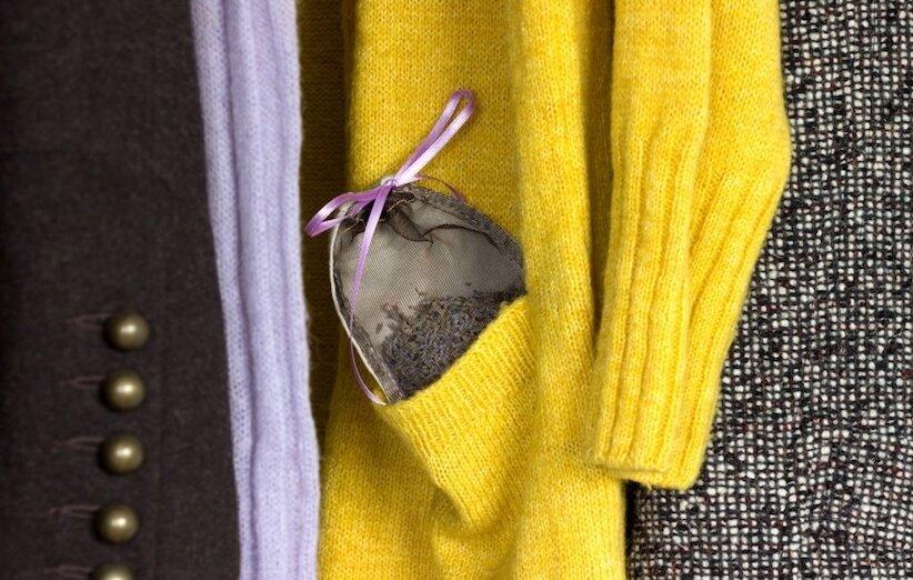 لباسهایتان را همراه با زغال یا کیسهی معطر نگهداری کنید