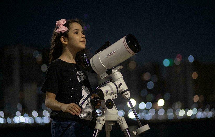 نیکول اولیویرا و تلسکوپش